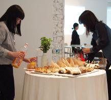 잠시 쉬는 시간에는 맛있는 빵도 함께 나눠 먹었어요.