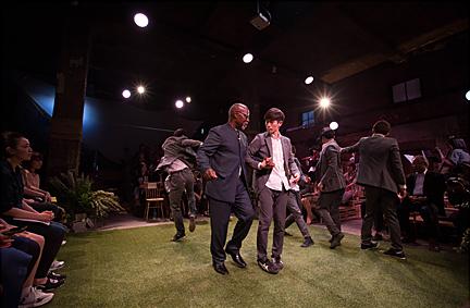 모던테이블과 함께 춤추는 데이비드슨 헵번 전 유네스코 총회 의장