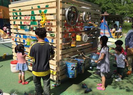 광주 북구문화의집의 나무 놀이터 큐브
